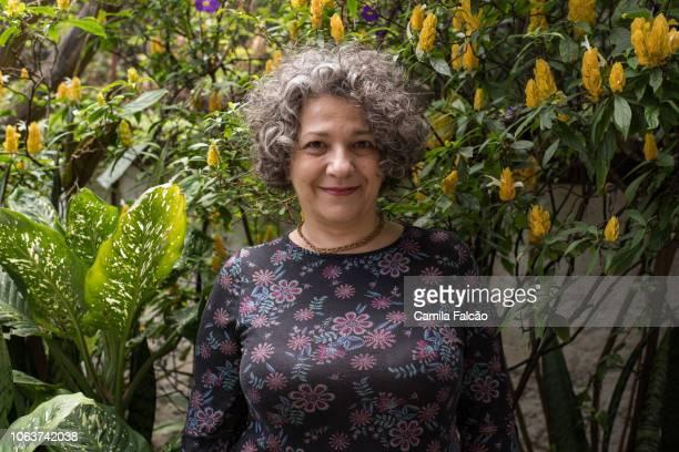 retrato de uma mulher de meia idade num jardim