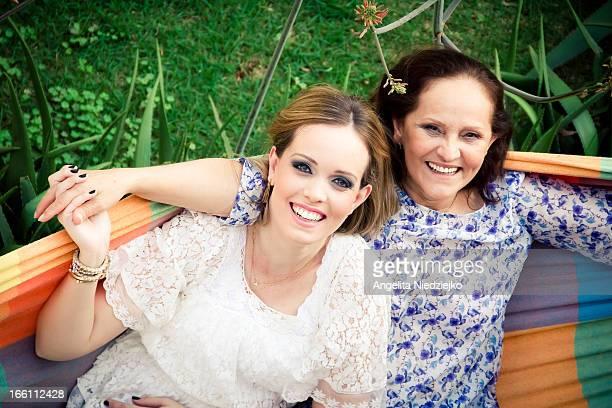 Retrato duas mulheres sorrindo