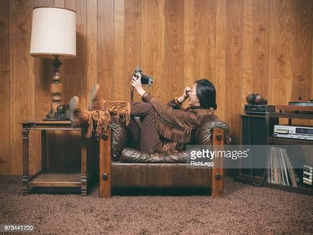 garota retrô 1970 - forro de madeira - fotografias e filmes do acervo
