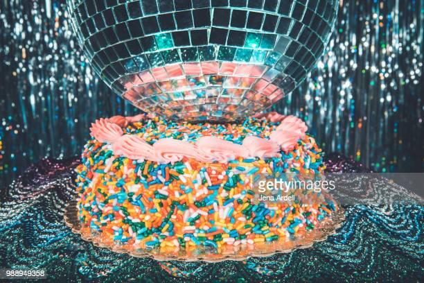 retro 70s birthday cake with disco ball, 70s themed party, disco party - happy birthday vintage stockfoto's en -beelden