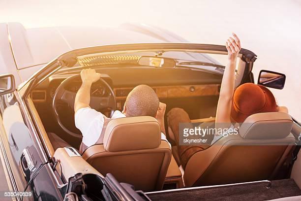 couple afro-américain rétro de vieux compteur voiture.