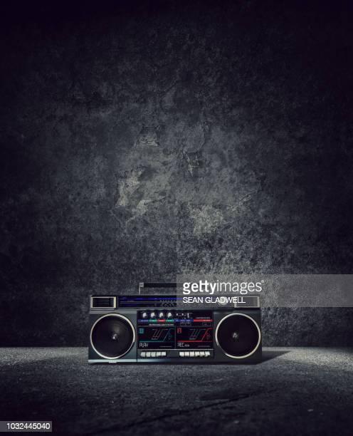 retro boom box - radio hardware audio fotografías e imágenes de stock