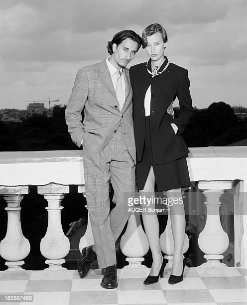 Retro' Fashion Presented By Men And Women Models In Situation Paris 31 Mai 1996 Reportage sur la mode 'rétro' un couple de mannequins hommefemme pose...