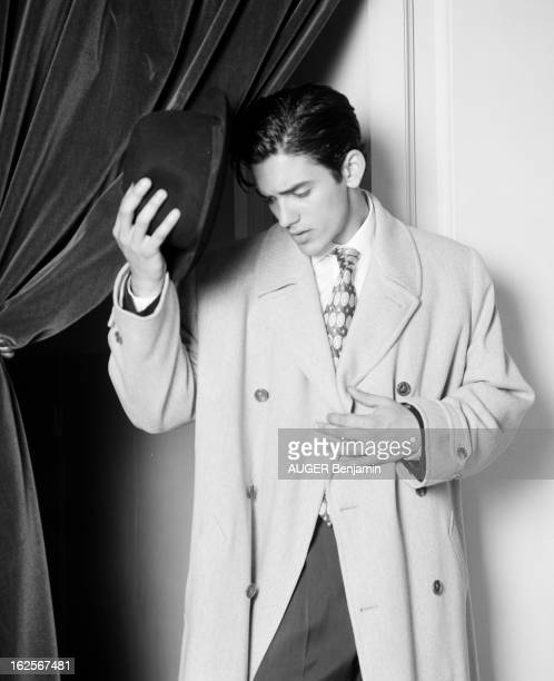 Retro' Fashion Presented By Men And Women Models In Situation Paris 31 Mai 1996 Reportage sur la mode 'rétro' un jeune homme mannequin pose dans...