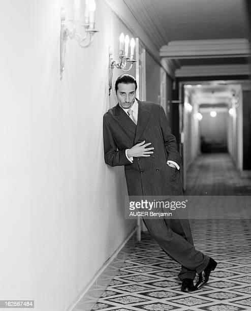 Retro' Fashion Presented By Men And Women Models In Situation Paris 31 Mai 1996 Reportage sur la mode 'rétro' un jeune homme mannequin pose en appui...