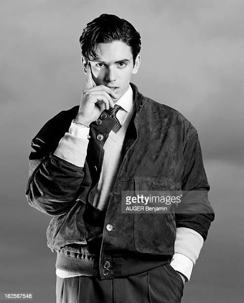 Retro' Fashion Presented By Men And Women Models In Situation Paris 31 Mai 1996 Reportage sur la mode 'rétro' portrait d'un jeune homme mannequin...