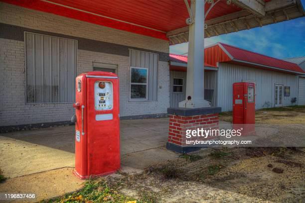 retro gas station - シダーラピッズ ストックフォトと画像