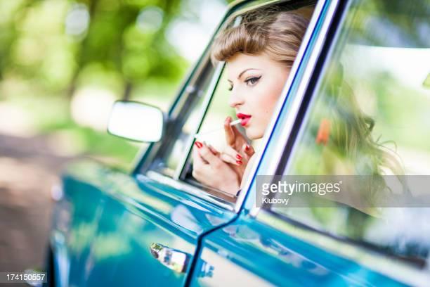 Menina Retro com Cigarro