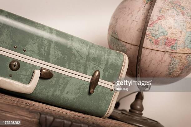 Rétro vert Globe assis sur la valise et en bois sauvage