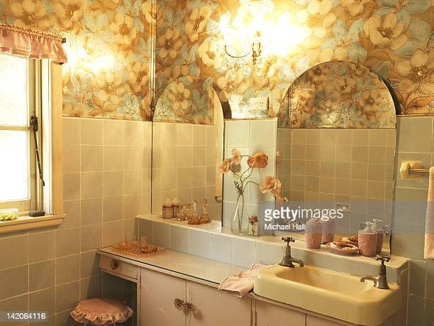 retro house interior bathroom - ひげそり用鏡 ストックフォトと画像