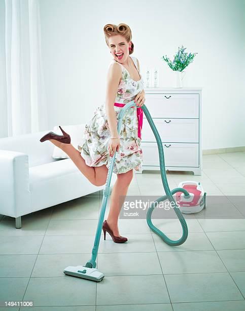 Retro Hausfrau vacuuming einer Etage