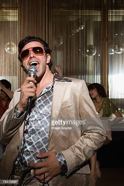 Retro Mann bei karaoke