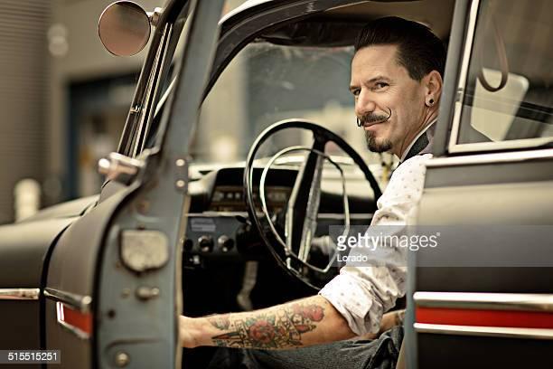 retro homem com longa moustaches sentado no Carro