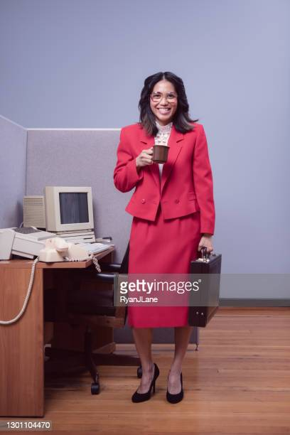 キュービクルコンピュータワークステーションに到着するレトロなオフィスワーカー - 1980年 ストックフォトと画像