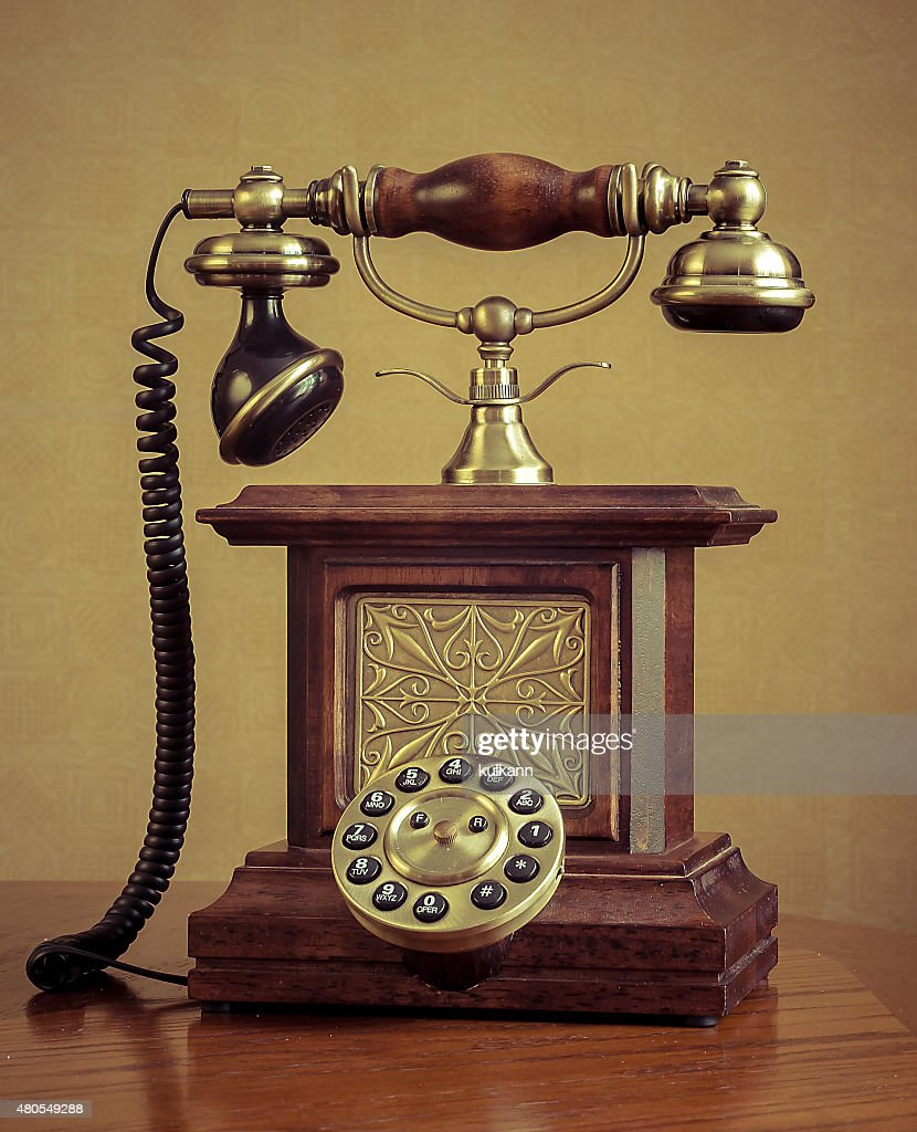 Teléfono Retro en mesa de madera : Foto de stock