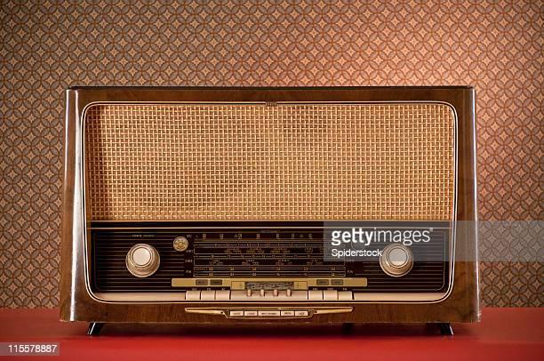 retro radio rojo, escritorio - radio antigua fotografías e imágenes de stock