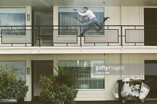 Retro geheimen Agenten läuft mit Pistole im Hotel