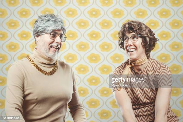 retro seventies style paar - freaky couples stockfoto's en -beelden