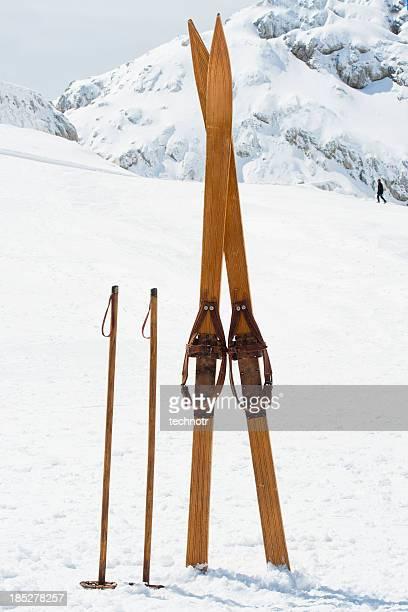 Retro-Skiausrüstung auf die Berge
