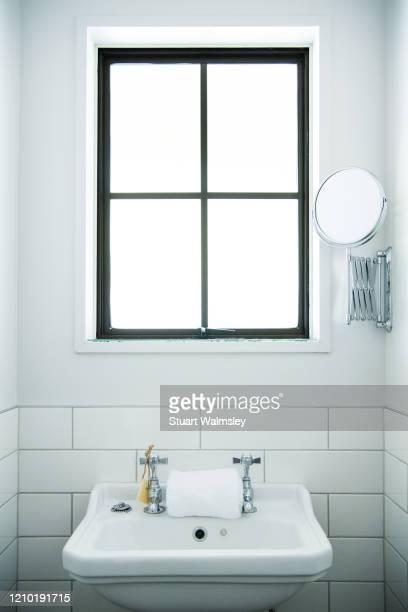 retro style bathroom - ひげそり用鏡 ストックフォトと画像