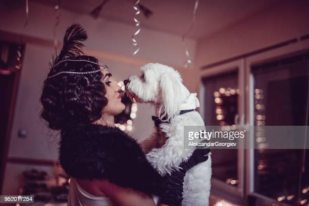 retro stijl fashion girl poseren en haar hond zoenen op het verjaardagsfeestje - happy birthday vintage stockfoto's en -beelden