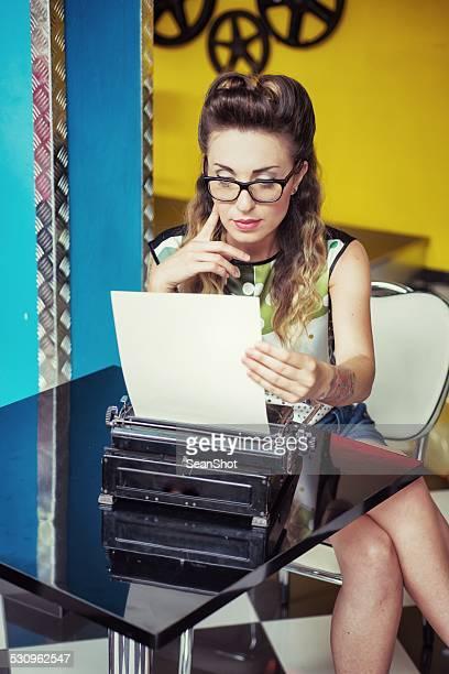 Mulher com estilo Retro Vintage de Máquina de Escrever