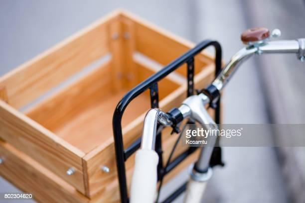 Retro Stil Fahrrad mit großen hölzernen Korb