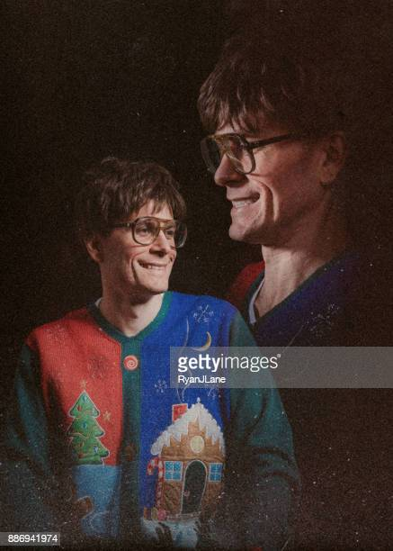 retro stil glamour shot mit christmas sweater - ugly people stock-fotos und bilder