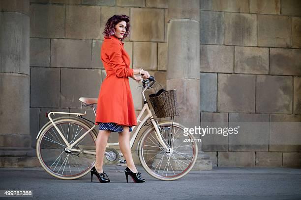 Femme avec vélo style rétro