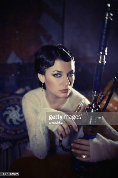 Retro-Stil Frau mit Wasserpfeife