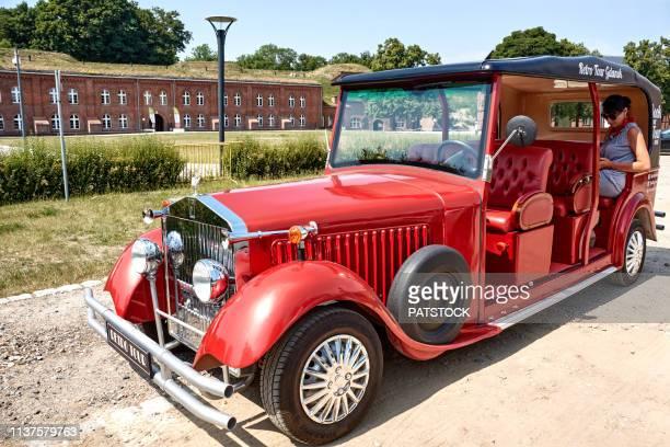 retro tour car in front of hewelianum center - lugar histórico imagens e fotografias de stock