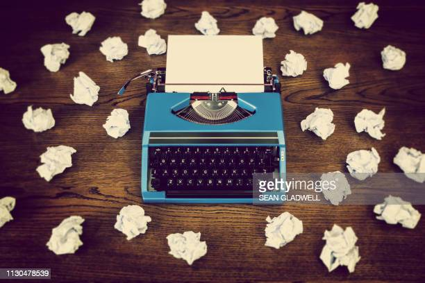 retro typewriter screwed up paper - grande gruppo di oggetti foto e immagini stock