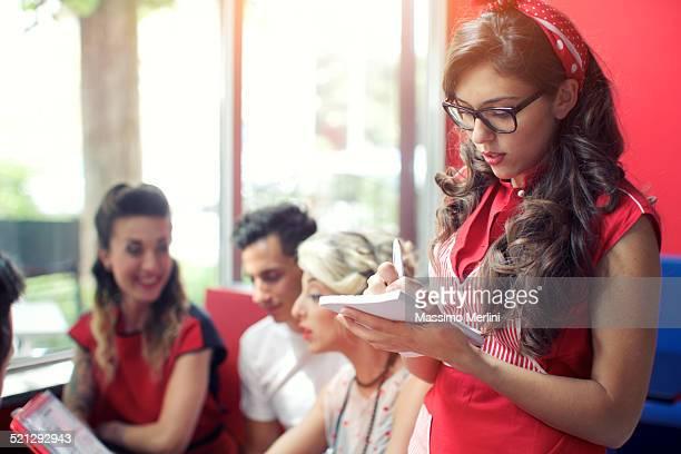 Retro camarera toma un pedido