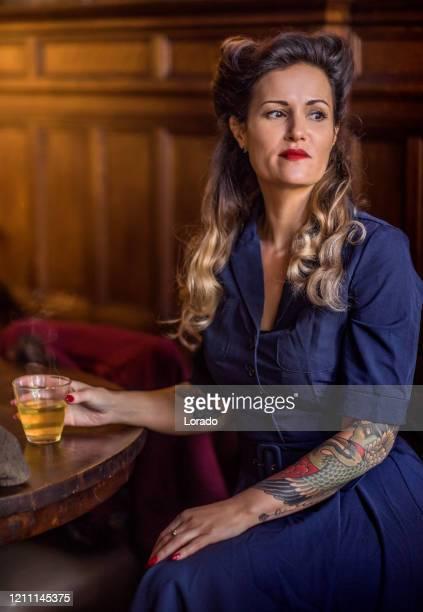 retro vrouw in een uitstekende openbare huisscène - 's hertogenbosch stockfoto's en -beelden