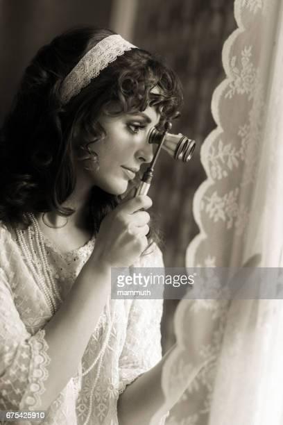 Retro vrouw met behulp van opera bril