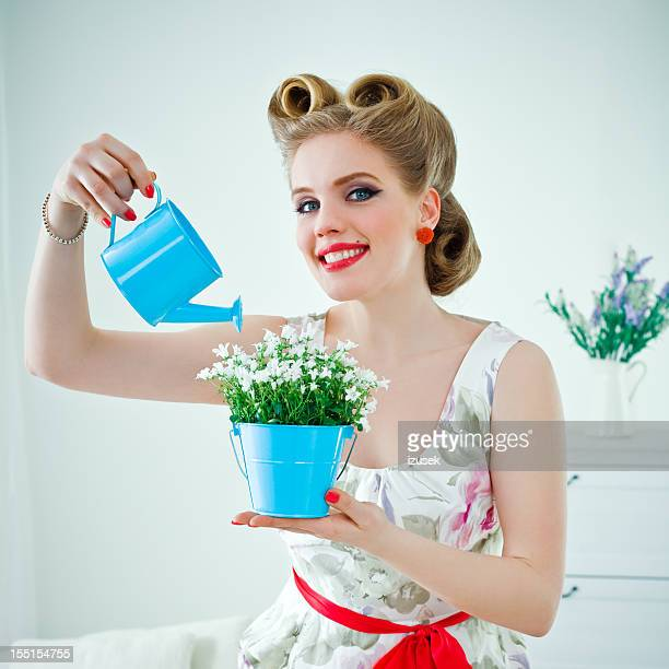 Rétro femme arroser fleur