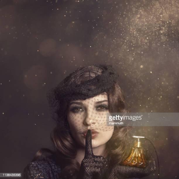 魔法の香水とレトロな女性 - 1920~1929年 ストックフォトと画像