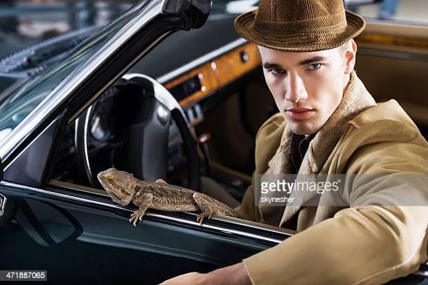 retrò ragazzo con iguana in un vecchio timer a noleggio. - iguana foto e immagini stock