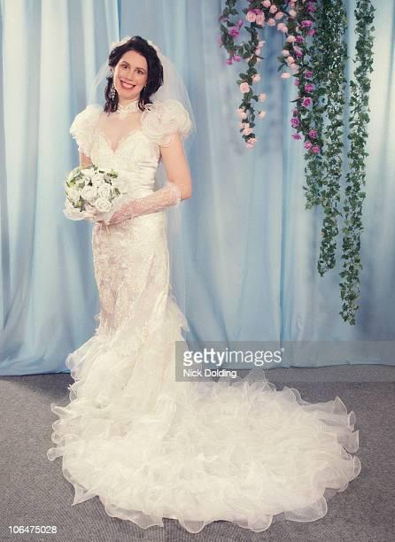retro25 bride in big wedding dress - robe de mariée photos et images de collection