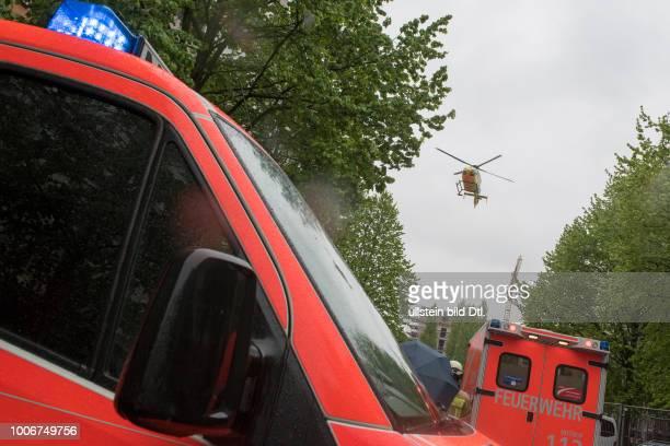 Rettungshubschrauber CHRISTOPH 31 im Einsatz bei einem Wohnungsbrand in der Koppenhagener Strasse in BerlinPrenzlauer Berg Eine Person rettete sich...