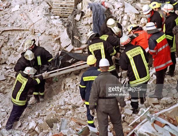 Rettungskräfte bergen am zwei Tage nach der gewaltigen Gasexplosion in einem Senioren-Wohnhaus der Heilsarmee in Bremen eine Leiche. Inzwischen sind...