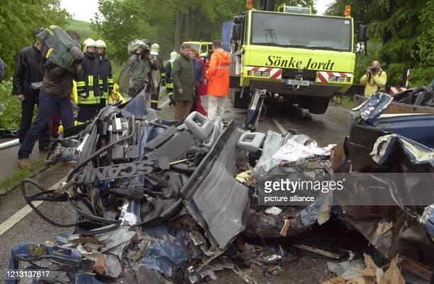 Rettungsmanschaften bergen am 1752000 einen völlig zertrümmerten Kleinbus in dem bei einem Unfall auf der B 76 bei Eutin acht Menschen ums Leben...