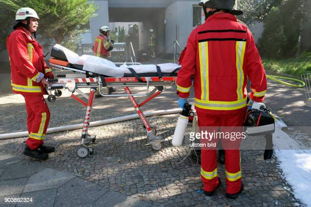 Rettungssanitäter der Berliner Feuerwehr bei Löscharbeiten bei einem Wohnungsbrand in der Soldiner Straße in BerlinWedding vier Personen der...