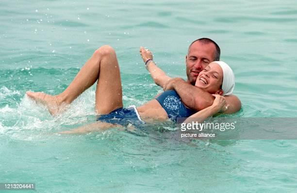 """Michael und Kerstin beim Baden im Meer nahe der malayischen Insel Simbang . Die beiden sind Kandidaten der SAT.1-Abenteuer-Show """"Das Inselduell"""". Die..."""