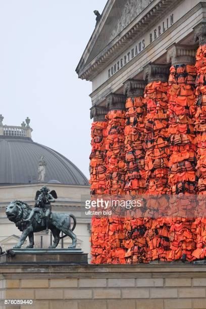Rettungswesten verhüllen die Eingangssäulen des Konzerthauses am Gendarmenmarkt in BerlinMitte Die Installation des chinesischen Künstlers Ai Weiwei...