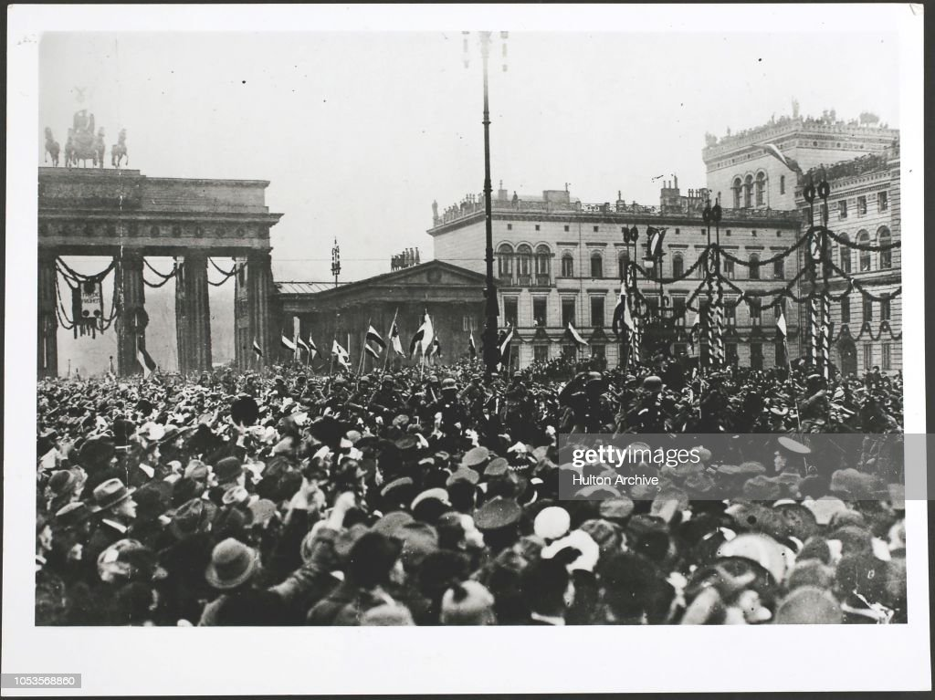 Return of troops to Berlin after the Armistice, passing along the decorated Unter den Linden, through the Brandenburg Gate. : ニュース写真