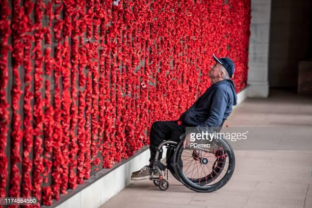 思い出の壁に引っ越した軍人、キャンベラact。 - 戦争記念碑 ストックフォトと画像