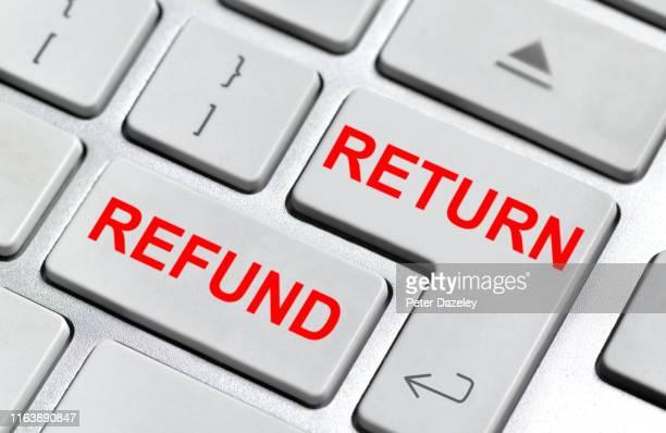 returning goods bought online for a refund - devolver - fotografias e filmes do acervo