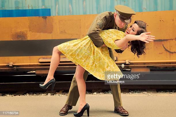 RESTITUTION Soldier accueillant sa fille à la gare ferroviaire