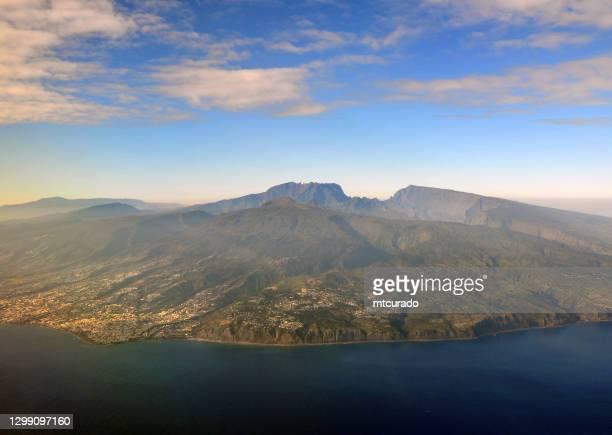l'île de la réunion vue des airs avec le piton des neiges, la réunion, l'océan indien - océan indien photos et images de collection